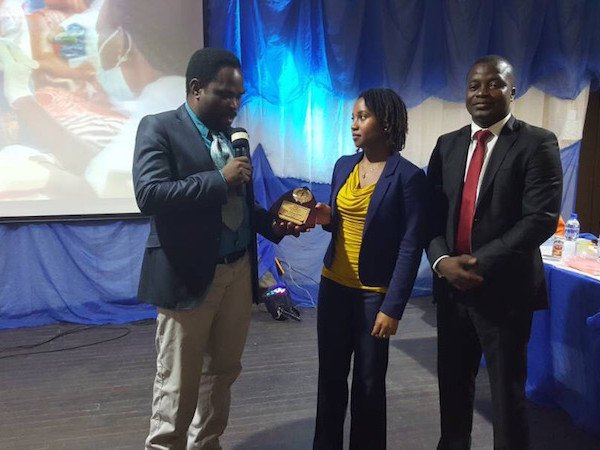 DRASA's MD Niniola Soleye accepting an award at the LUTH ARD Scientific Conference 2017
