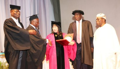 Prof. Kanki Receiving Her Gift