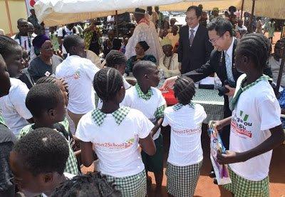 Children from the Ikola community with Ambassador Yutaka Kikuta